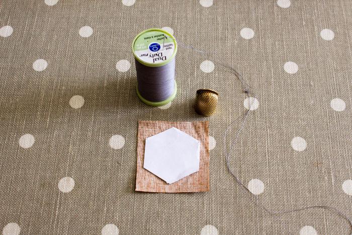 Matériel pour coudre un haxagone sur papier - Tutoriel parfumdecouture.com