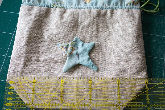 centrer l'appliqué étoile sur la pochette à lien coulissant