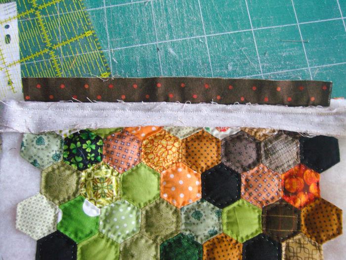 Coudre un autre morceau de tissu pour cacher le molleton au niveau des hexagones - Trousse Halloween parfumdecouture.com