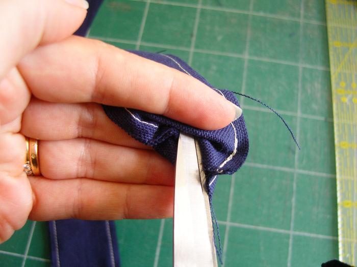 retourner des anses du tote bag avec des ciseaux - tutoriel parfumdecouture.com