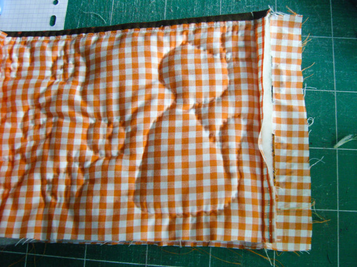 Garder 4 cm de tissu pour cacher la couture - Trousse Halloween parfumdecouture.com