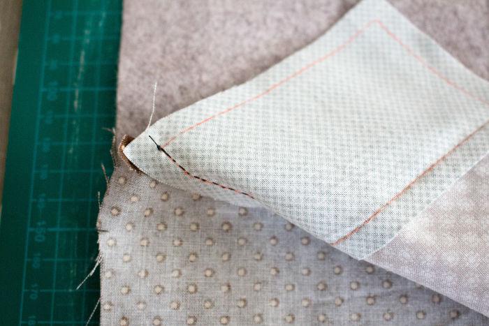 REtourner en laissant dépasser 0.5 cm de bordure la doublure- DIY trousse de couture parfumdecouture.com