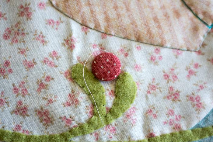 Tutoriel embellissement de patchwork coudre un bouton sur un top - coudre un bouton en tissu parfumdecouture.com