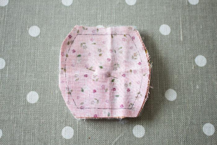 Découpe des morceaux de la corbeille en tissu - parfumdecouture.com