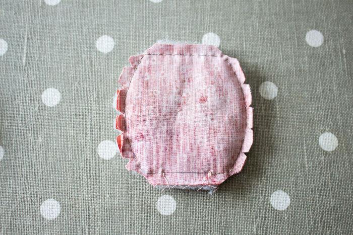cranter chaque morceaux de la corbeille en tissu - parfumdecouture.com