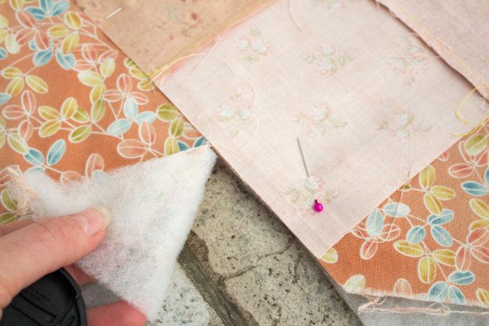 recoupez le molleton et le tissu autour - diy sac 22 carrés parfumdecouture.com