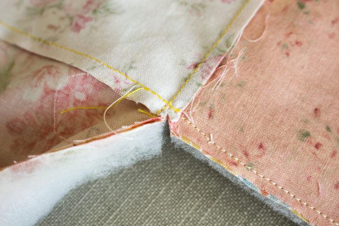 Crantez les angles à quelques millimètres de la couture- diy sac 22 carrés parfumdecouture.com