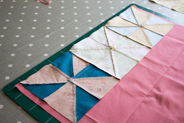 coudre la ligne de blocs sur le carré central - montage Quilt pinwheel parfumdecouture.com