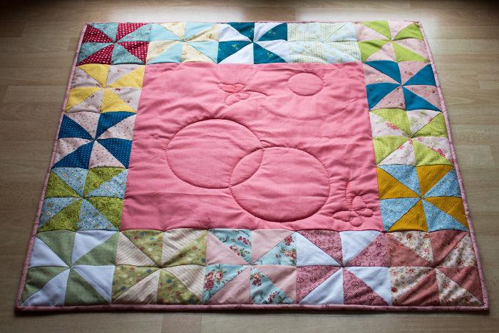 Biais de finition posé sur le patchwork - tuto poser un biais sur un quilt parfumdecouture.com