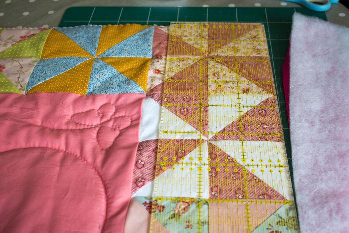 recoupez le contour du patchwork - tuto poser un biais sur un quilt parfumdecouture.com