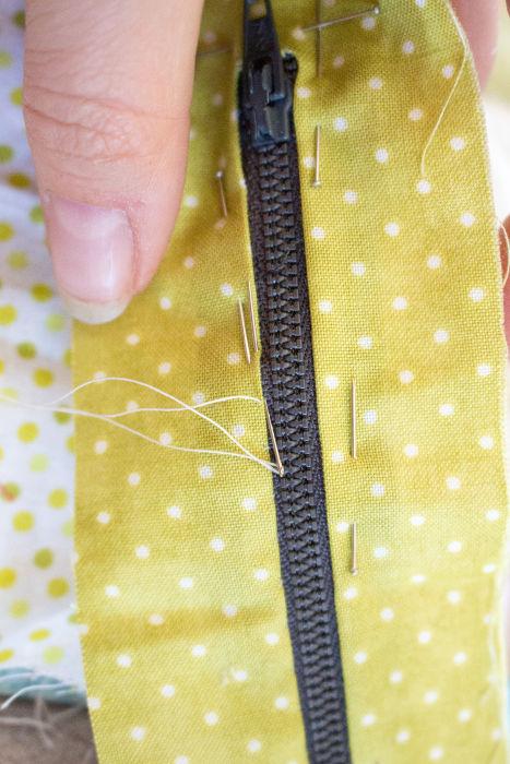 Coudre au petit point invisible le contour de la fermeture éclair - Scrap quilt housse d'ipad parfumdecouture.com