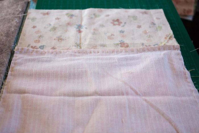 coudre les 2 tissus de la poche doublée avec la bande de tissu supérieure- Scrap quilt housse d'ipad parfumdecouture.com