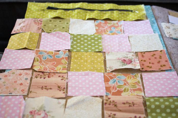 Positionnez vos tissu pour former votre scrap quilt - Scrap quilt housse d'ipad parfumdecouture.com