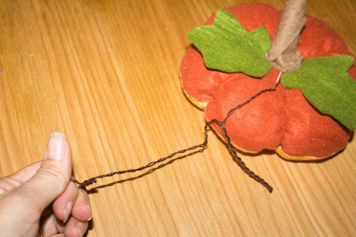 Réalisez une cordelette - DIY Citrouille pique épingle parfumdecouture.com