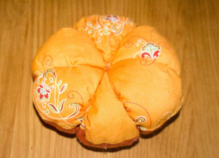 Couture au dessous - DIY Citrouille pique épingle parfumdecouture.com