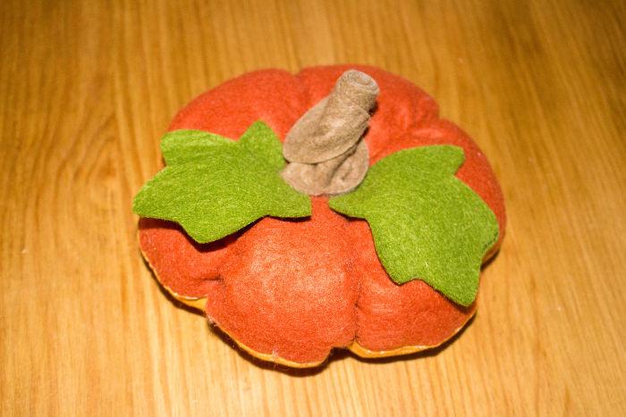 Coudre le pédncule marron à la base sur la citrouille - DIY Citrouille pique épingle parfumdecouture.com
