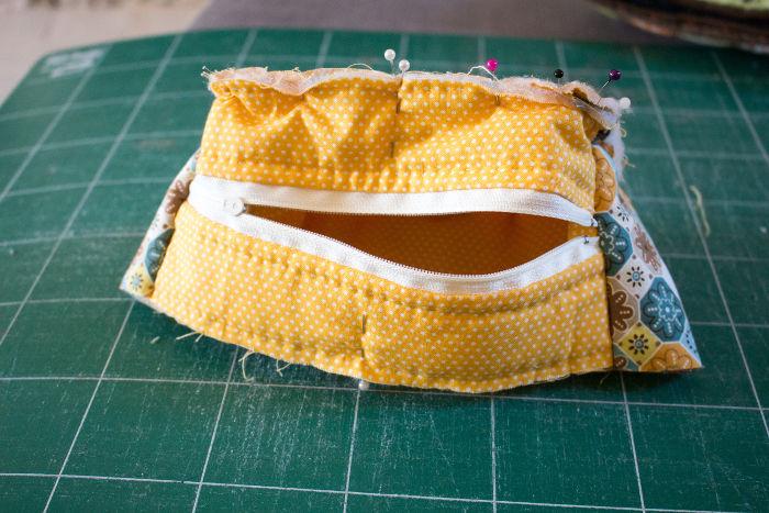 Ouvrez la fermeture éclair pour pouvoir retourner la trousse- diy trousse tricoteuse gaston le mouton parfumdecouture.com