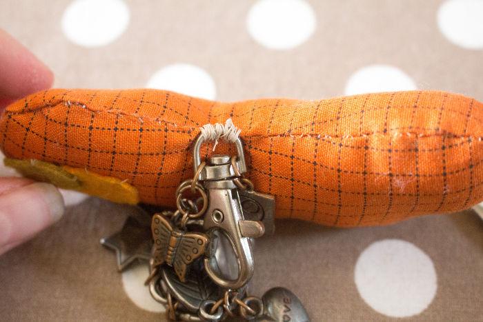 Cousez l'anneau ou l'ancien porte clef sur le dessus de la citrouille - DIY porte clef citrouille vintage parfumdecouture.com