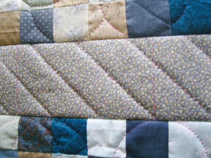 Coudre les grands côtés sur le fond du sac - DIY Sac motif petits carrés patchwork parfumdecouture.com
