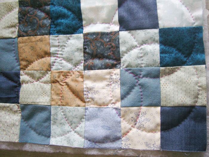 Résultat du quilting en cercle sur le sac - DIY Sac motif petits carrés patchwork parfumdecouture.com