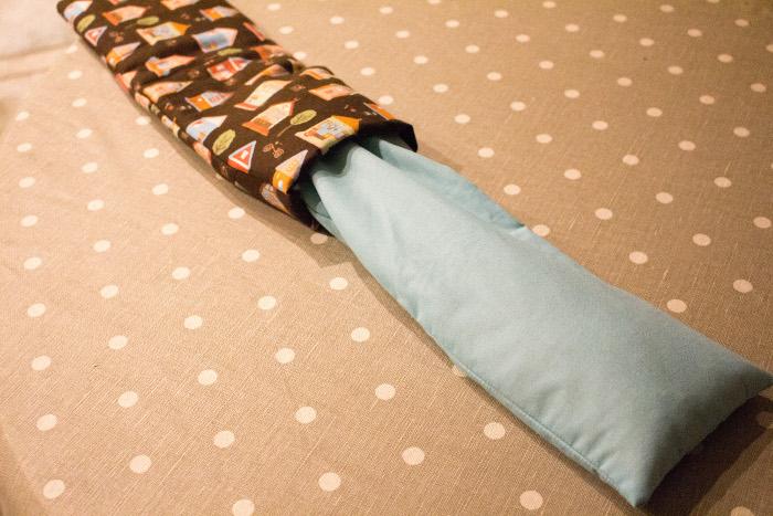 Glisser la housse de riz parfumée dans sa housse molletonnée - DIY Bouillotte sèche maison parfumdecouture.com