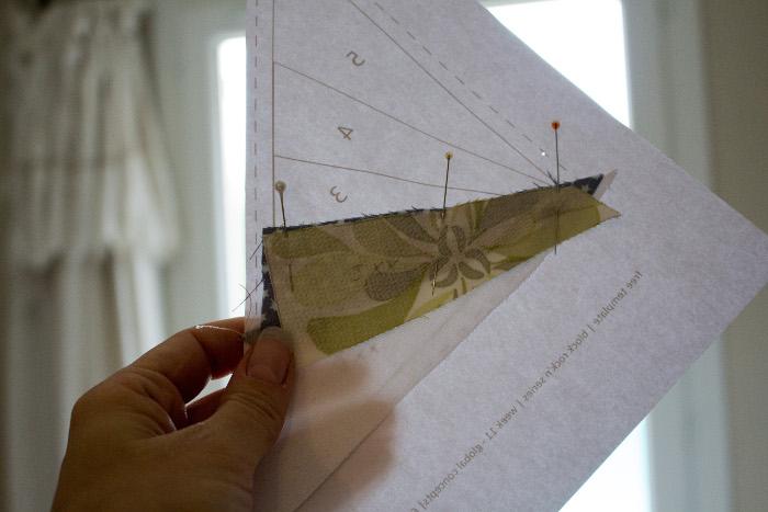 pose du 3ème morceau - Technique du paper piecing ou couture sur papier parfumdecouture.com