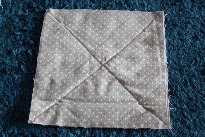 Coudre en croix à la machine les carrés - DIY comment faire un rag quilt parfumdecouture.com