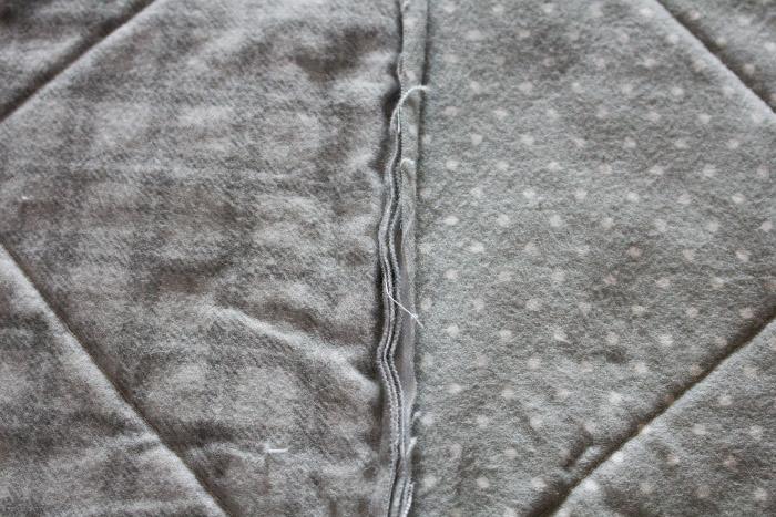 Détail d'une couture du rag quilt - DIY comment faire un rag quilt parfumdecouture.com