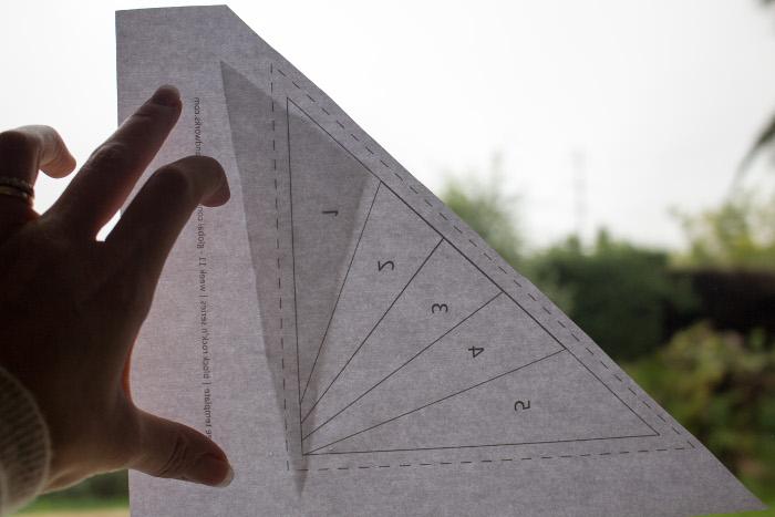 Vérification de l'emplacement des morceaux par transparence - Technique du paper piecing ou couture sur papier parfumdecouture.com