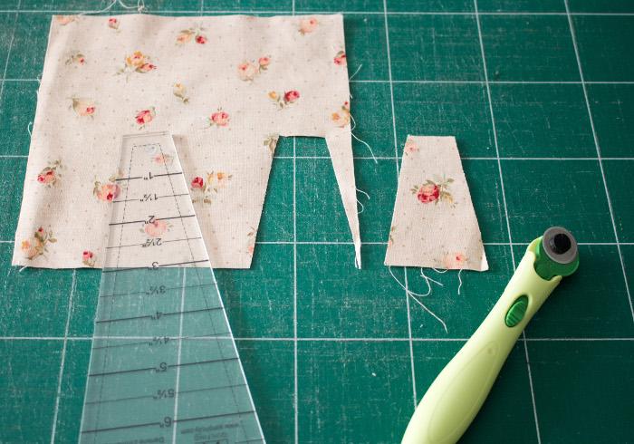 """Découpe des morceaux de tissu avec l'outil EZ Quilting 882700 Easy Dresden Quilt Tool - tutoriel Assiette de dresde ou """"dresden plate"""" parfumdecouture.com"""