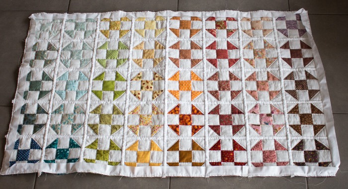 Pose du biais de finition - DIY rainbow quilt réversible parfumdecouture.com
