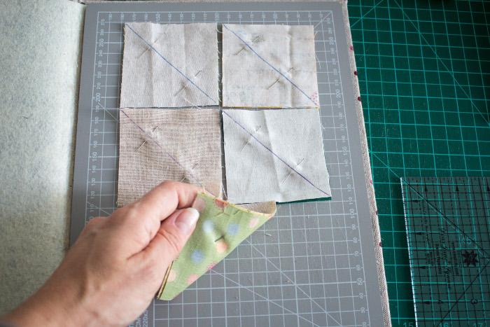 couper les carrés de base - Tuto comment faire un HST = carré composé de 2 triangles parfumdecouture.com