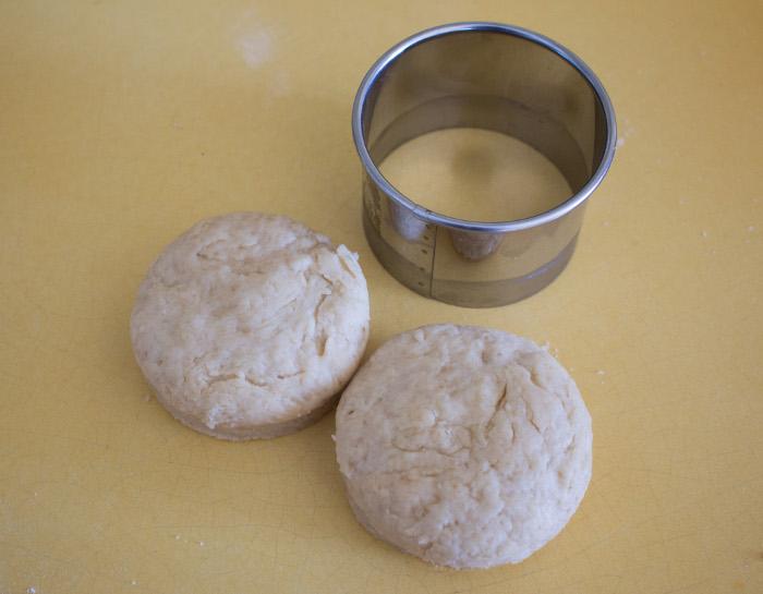 Etalez la pate et découpez des cercles - recette des scones anglais parfumdecouture.com