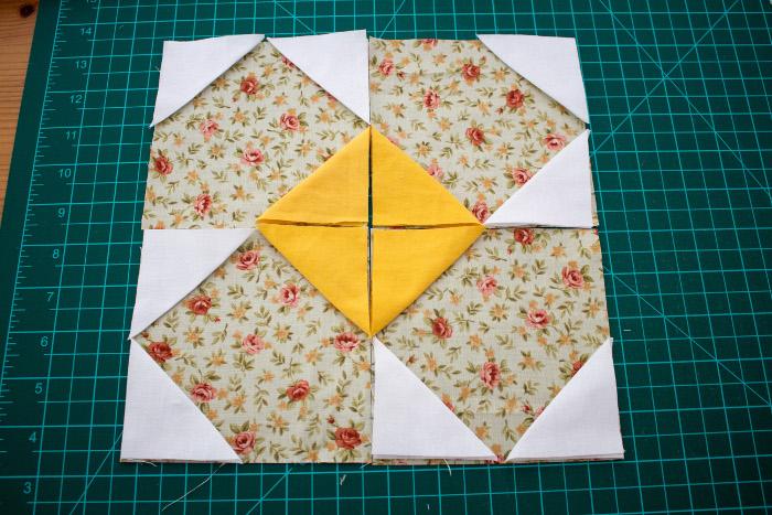 Positionnement des morceaux de tissus pour former le bloc fleur - DIY bloc fleur parfumdecouture.com