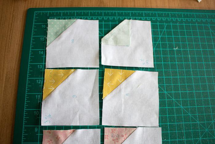 Ecrasez les coutures et vérifiez que la taille des carrés n'a pas été modifiée - DIY comment faire un bloc Bow Tie parfumdecouture.com