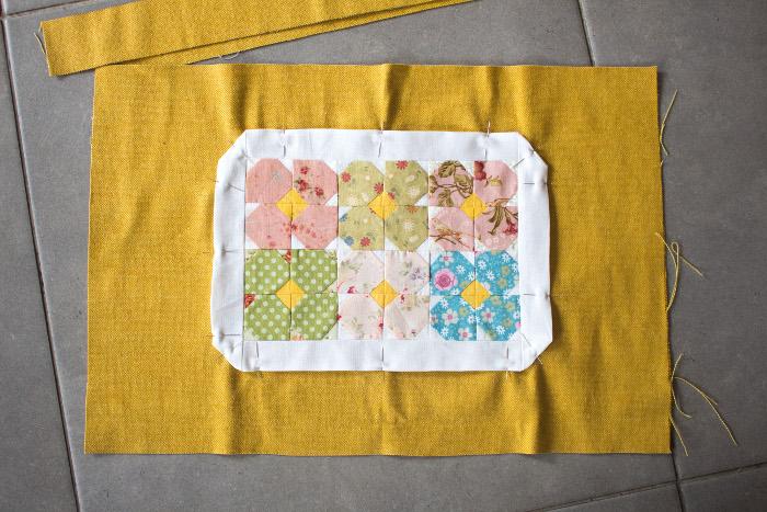 Couture du mini quilt au centre d'un des côté du sac - DIY sac de rentrée parfumdecouture.com