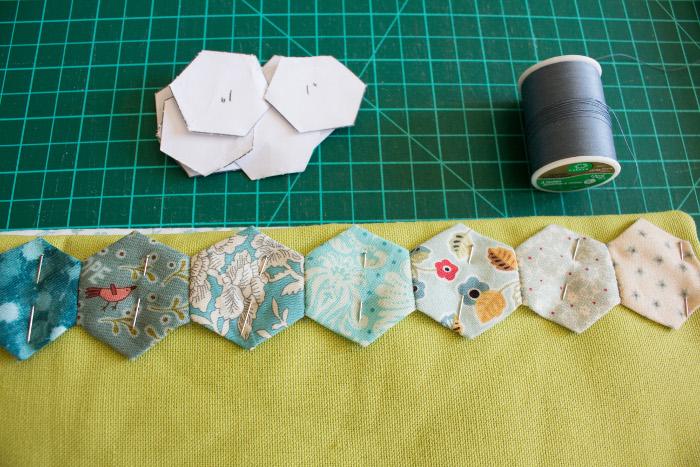 pose des hexagones de décoration - DIY cahier de composition parfumdecouture.com