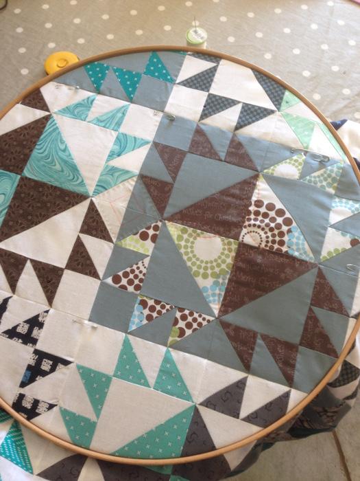 Quilting à la main avec mon cercle à quilter - DIY: plaid bear paw ou patte d'ours parfumdecouture.com