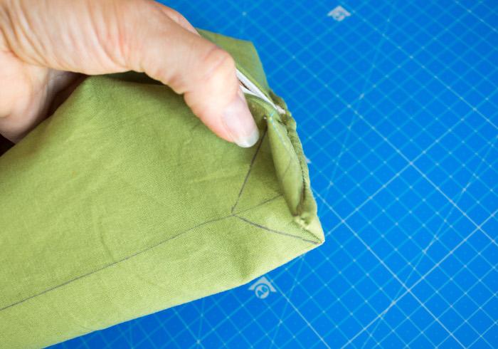 couture finale de l'angle avec renfort - tuto comment faire une trousse plate site parfumdecouture.com