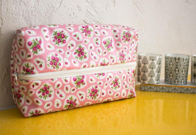 trousse plate tissu enduit terminée - tuto comment faire une trousse plate site parfumdecouture.com