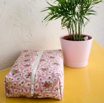 tuto pour coudre facilement une trousse plate en tissu enduit.