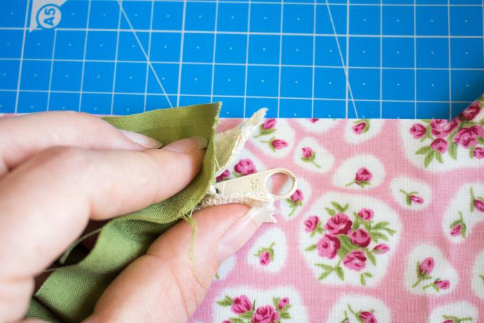 positionnement des tissus couture de la fermeture eclair - tuto comment faire une trousse plate site parfumdecouture.com