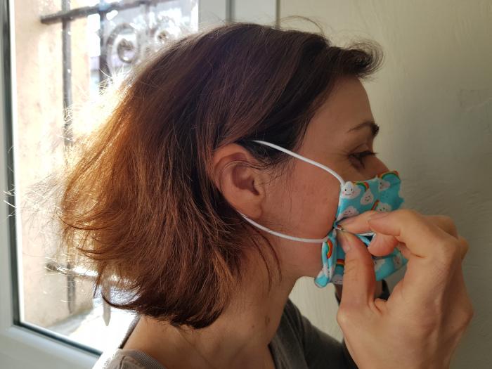 Ajustement du masque sur les côtés - DIY masque lavable de protection site parfumdecouture.com